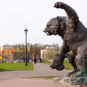 Памятник «Медведь с рыбой»
